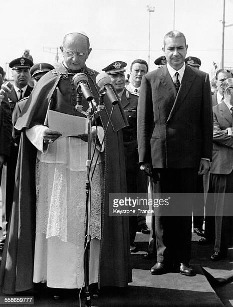 Le Pape Paul VI de retour de son voyage à New York est accueilli par le Premier ministre Aldo Moro à l'aéroport de Rome Italie en octobre 1965