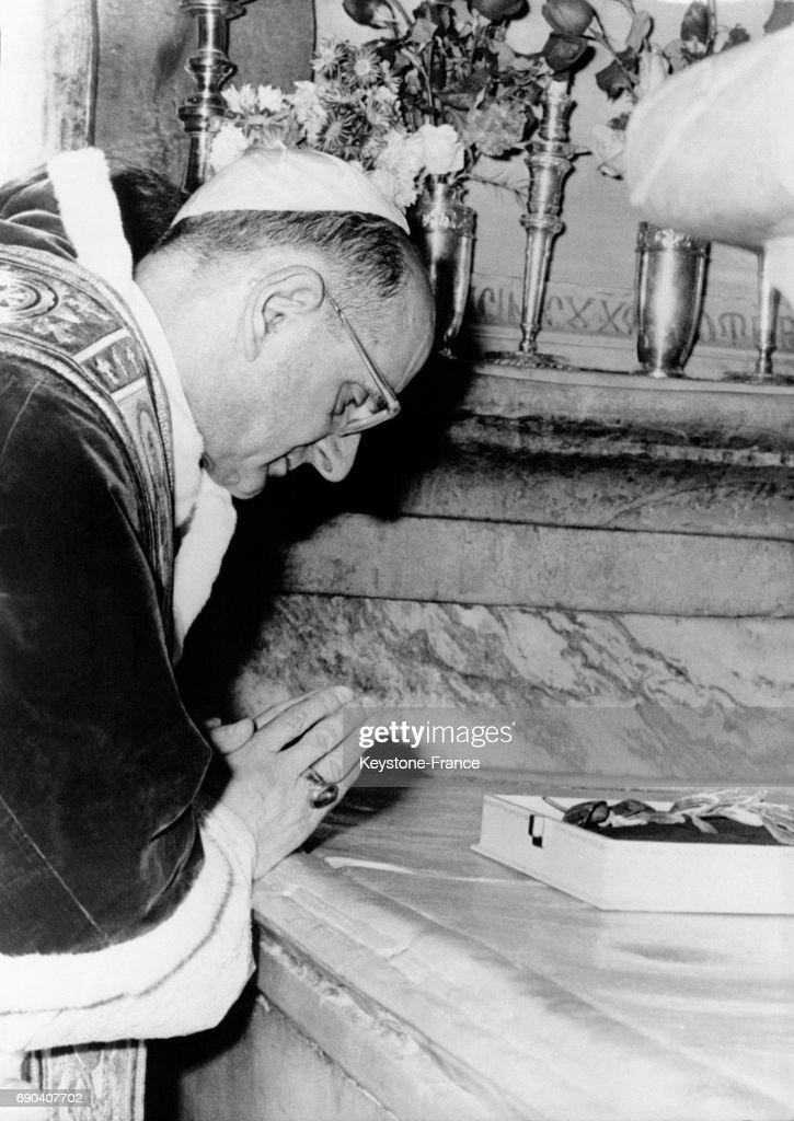 Le Pape Paul VI en prière sur le tombeau du Christ Pictures | Getty ...