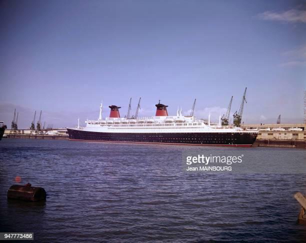 Le paquebot France à quai dans un port