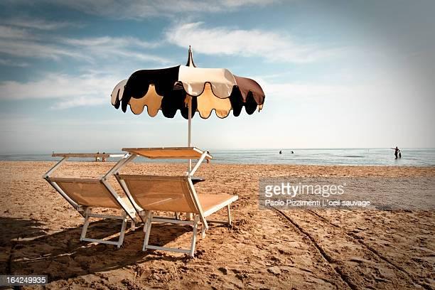 le parasol tout seul, la fin de l été - ラヴェンナ ストックフォトと画像