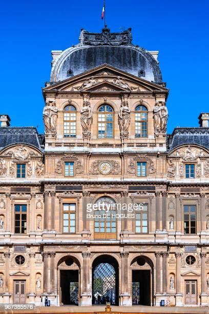 Le Pavillon de l'Horloge au Louvre depuis la Cour Carrée à Paris, France.