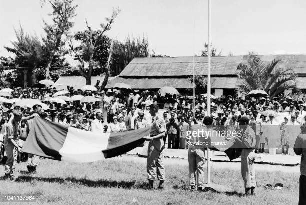 Le pavillon français cède la place au pavillon malgache, à Madagascar, peu après l'Indépendance de l'île, vers les années 1960-1961.