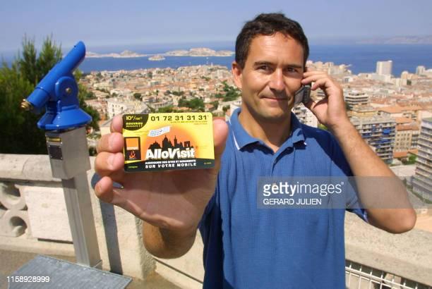 """Le PDG de Voxinzebox Yann Le Fichant présente, le 04 juillet 2001, devant le panorama de Marseille, une carte """"Allovisit"""" qui permet en composant un..."""