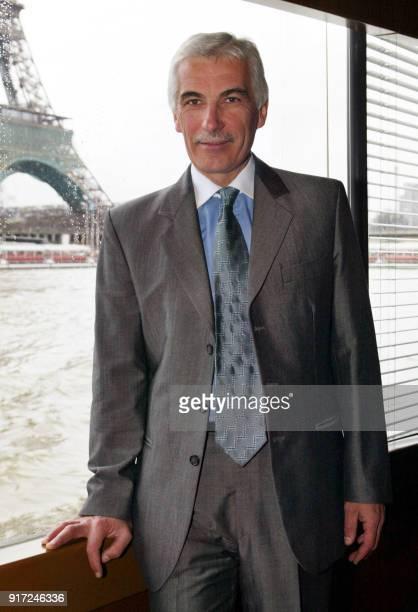 le PDG du groupe français de distribution alimentaire Géant Daniel Sicard présente le 23 janvier 2002 sur le bateau 'Le Paris' dans la capitale un...