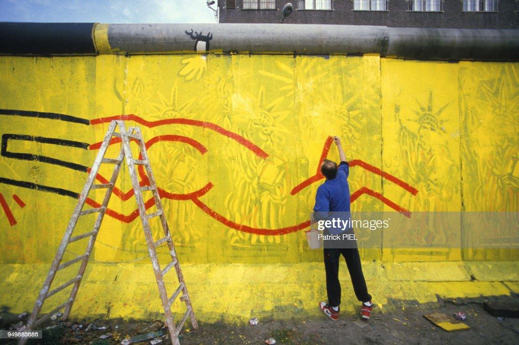 Keith Haring peint sur le mur de Berlin : Nachrichtenfoto