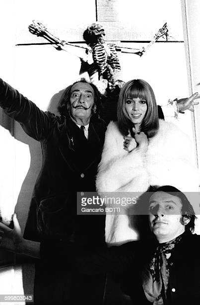 Le peintre catalan Salvador Dali son égérie Amanda Lear et le directeur artistique JeanPierre Auclert bras écartés en janvier 1970