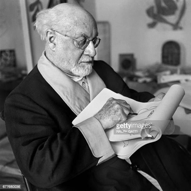 Le peintre et sculpteur français Henri Matisse photographié dans son atelier nicois en 1952 AFP PHOTO RAPH GATTI / AFP PHOTO / Ralph GATTI