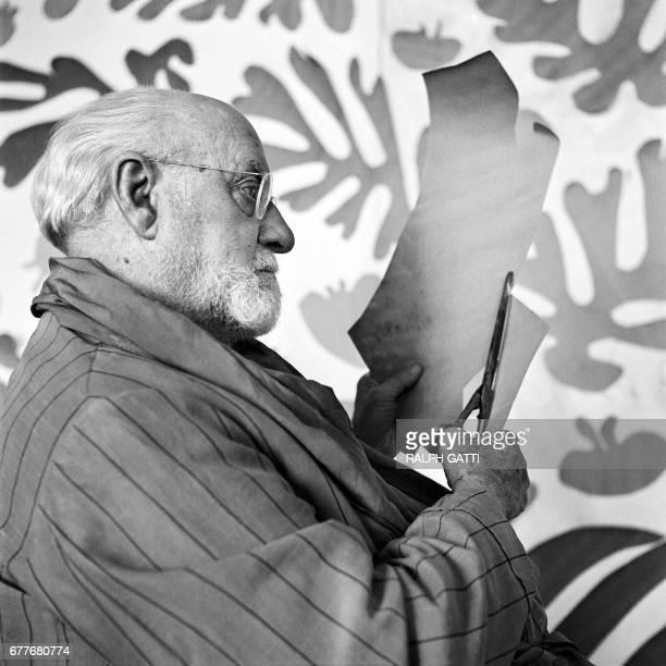 Le peintre et sculpteur français Henri Matisse réalise des découpages dans son atelier au Regina à Nice en 1952 A la fin de sa vie Matisse à l age de...
