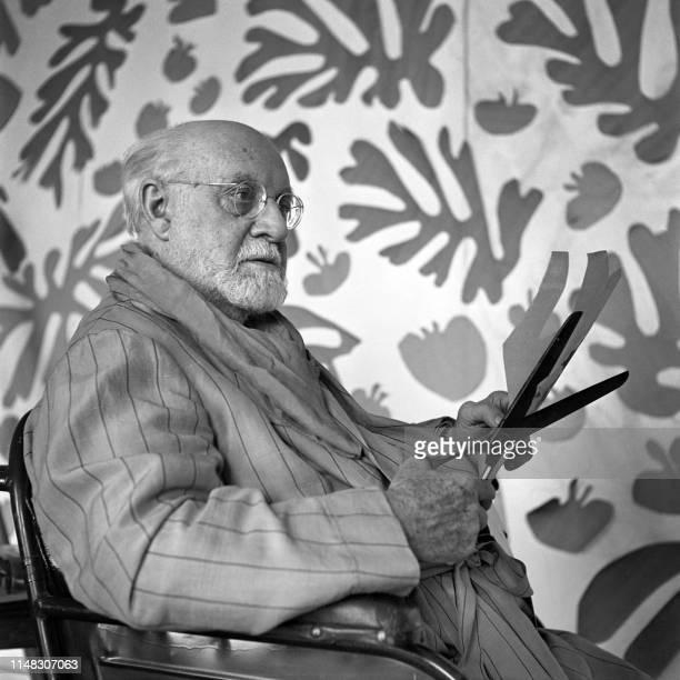 Le peintre et sculpteur français Henri Matisse travaille dans son atelier au Régina, à Nice, en 1952. Après avoir suivi des études de droit et été...