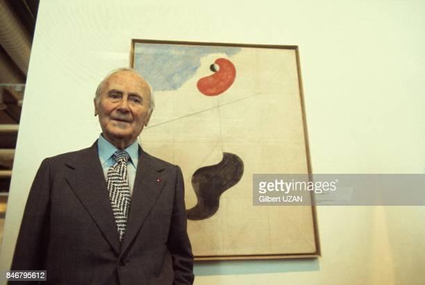 Le peintre et sculpteur Joan Miro devant une de ses oeuvres le 22 mai 1977 à PersanBeaumont France