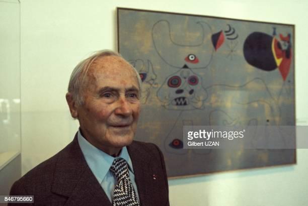 Le peintre et sculpteur Joan Miro devant une de ses oeuvres le 22 mai 1977 a PersanBeaumont France