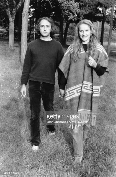 Le peintre Frédéric Pardo et l'actrice Dominique Sanda, avec un poncho, se promènent dans leur ferme à Houdan, France, en juin 1978.