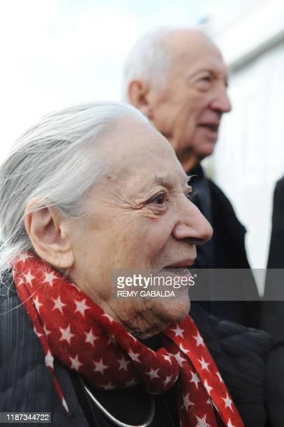 Le peintre Pierre Soulages et sa femme Colette participent le 20 octobre 2010 à Rodez à une cérémonie de pose d'une plaque commémorative sur sa...