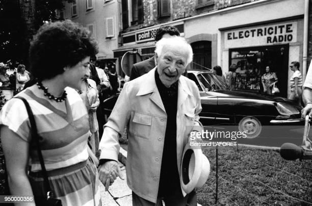 Le peintre russe, Marc Chagall accompagné de sa femme à une exposition de ses oeuvres organisée par la mairie de Vence pour ses 95 ans, le 6 juillet...