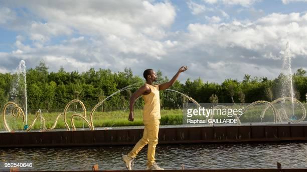 Le performeur Lil Buck lors de l'inauguration de la fontaine du 'Bosquet du Théâtre d'Eau' redessiné par Louis Benech et investie par les sculptures...