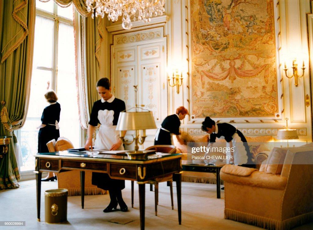 Le Personnel Du0027entretien Nettoie Une Chambre à Coucher à Lu0027Hôtel Ritz à