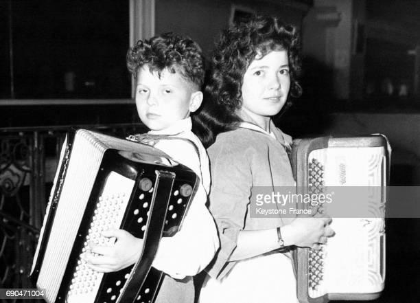 Le petit Alain Picard 11 ans et la jeune Reine Pont 17 ans appelés les 'Petits Princes de l'Accordéon' photographiés lors de la Journée nationale de...