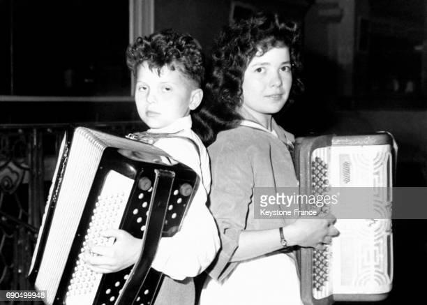 Le petit Alain Picard 11 ans et Reine Pont 17 ans photographiés pendant les Trois Journées Nationales de l'Accordéon organisées à Paris France le 5...