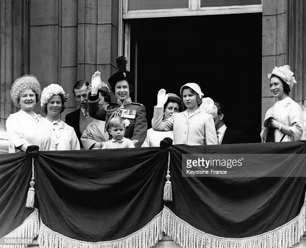 Le petit Prince Andrew et sa mère la Reine Elizabeth II, accompagnés d'autres membres de la famille royale britannique , saluent la foule depuis le...