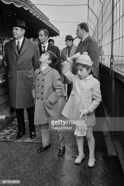 Le petit prince Reza et sa soeur la princesee Farahnaz visitent la Tour Eiffel le 13 février 1970 à Paris France