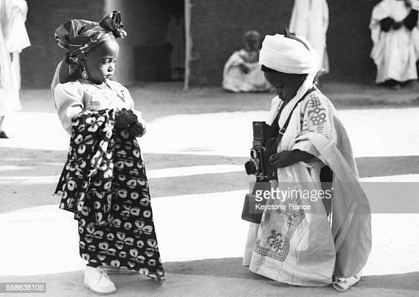 Le petitfils de l'Emir Kano Muhannadu 3 ans joue au photographe avec sa tante Nana Mowa 4 ans sur une photo envoyee en cadeau a la Reine d'Angleterre...
