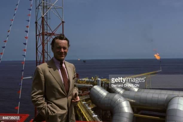 Le petrole au Congo Albin Chalandon PDG d'ElfAquitaine sur une plateforme petrolirere le 26 fevrier 1983 au Congo