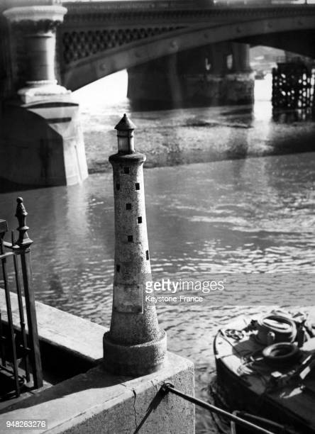 Le phare miniature de Blackfriars retrouve son poste d'avantguerre sur la Tamise le 3 octobre 1947 à Londres RoyaumeUni