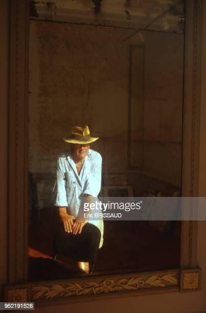 Le photographe britannique David Hamilton dans l'appartement au dessus de chez 'Senequier' en 2005 SaintTropez France