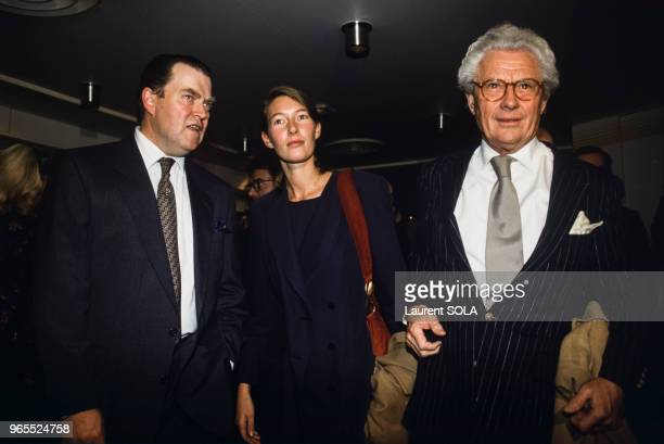Le photographe David Hamilton avec son épouse Gertrude et Henri d'Orléans comte de Paris lors d'un vernissage le 18 novembre 1993 à Paris France