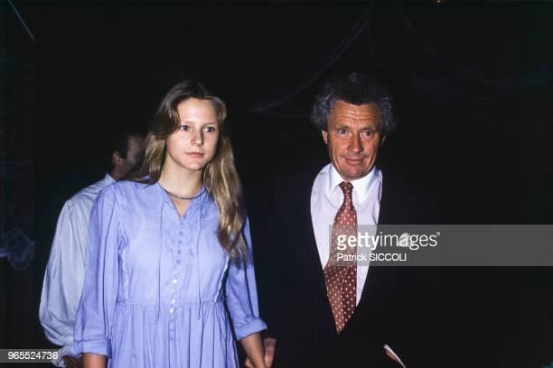 Le photographe David Hamilton avec une jeune femme lors d'une soirée au club L'Apocalypse le 15 octobre 1982 à Paris, France.
