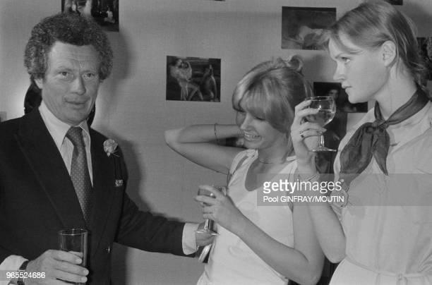 Le photographe David Hamilton entouré des actrices de son film 'Bilitis' Patti D'Arbanville et Mona Kristensen le 21 mai 1977 à Cannes France