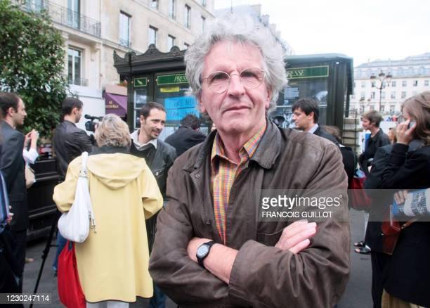 Le photographe de l'agence Magnum, Harry Gruyaert pose, le 06 juillet 2007 à Paris, devant un kiosque de presse recouvert de photographies. Soixante...