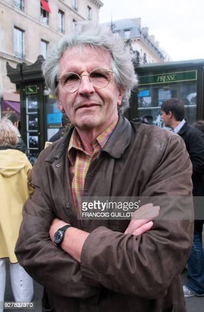Le photographe de l'agence Magnum Harry Gruyaert pose le 06 juillet 2007 à Paris devant un kiosque de presse recouvert de photographies Soixante...