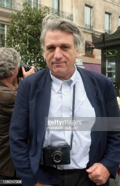 Le photographe de l'agence Magnum, Richard Kalvar pose, le 06 juillet 2007 à Paris, devant un kiosque de presse recouvert de photographies. Soixante...