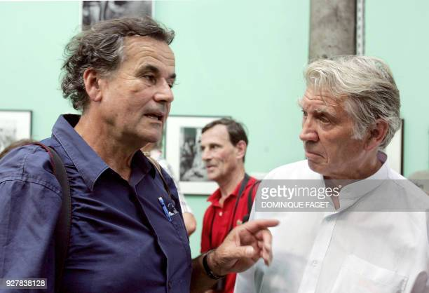 Le photographe français Bruno Barbey s'entretient avec son confrère britannique Don McCullin le 03 juillet 2006 à la veille du coup d'envoi des...