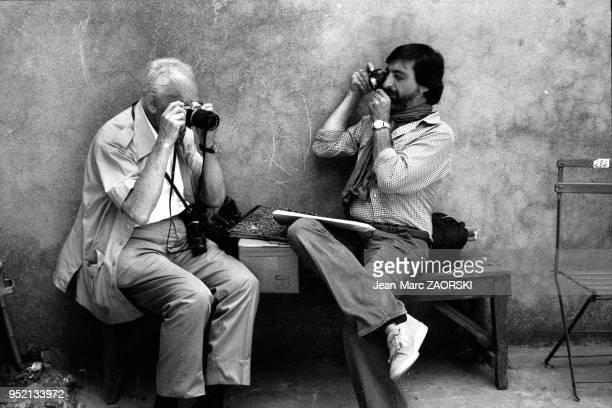 Le photographe hongrois Andre Kertesz à gauche aux rencontres internationales de la photographie à Arles en France le 7 juillet 1979