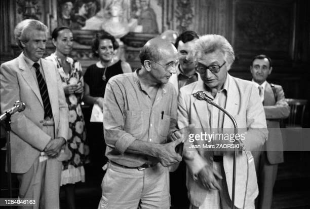 Le photographe italien Franco Fontana en compagnie du photographe français Lucien Clergue, fondateur des Rencontres lors des 14e Rencontres...