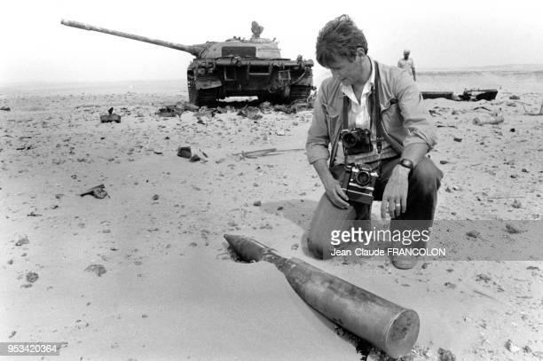 Le photoreporter de l'agence Gamma Jean-Claude Francolon regarde un obus dans le désert lors de la guerre du Sahara Occidental en septembre 1979,...