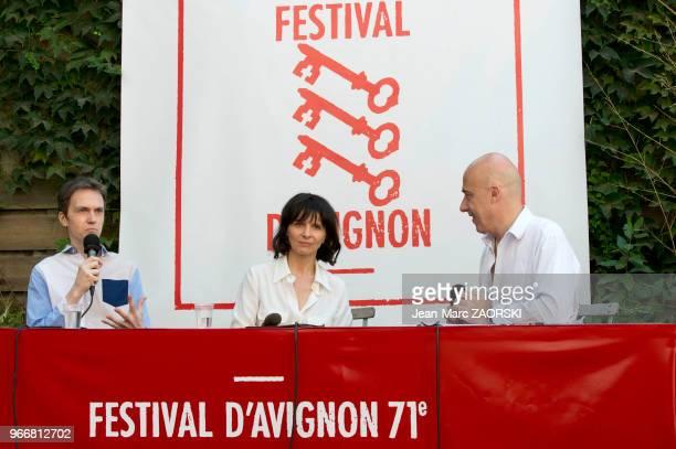 Le pianiste français Alexandre Tharaud et la comédienne française Juliette Binoche s'entretiennent avec le journaliste Arnaud Laporte lors de la...