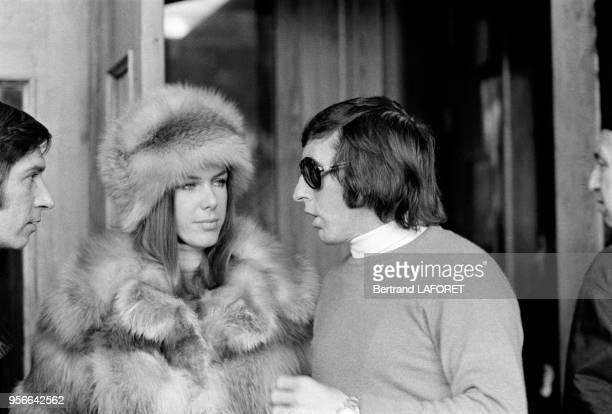 Le pilote automobile Jackie Stewart et son épouse Helen aux sports d'hiver en février 1971 à SaintMoritz Suisse