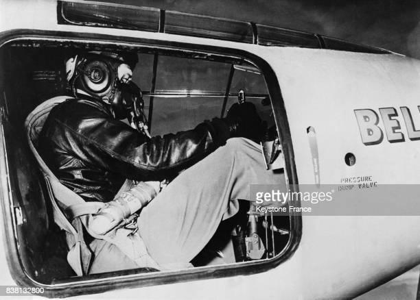 Le pilote de l'avionfusée Goodlin surnommé 'le fou' photographié dans le cockpit muni d'un masque respiratoire spécial aux EtatsUnis en 1946