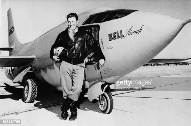 Le pilote de l'avionfusée Goodlin surnommé 'le fou' photographié devant son appareil aux EtatsUnis en 1946