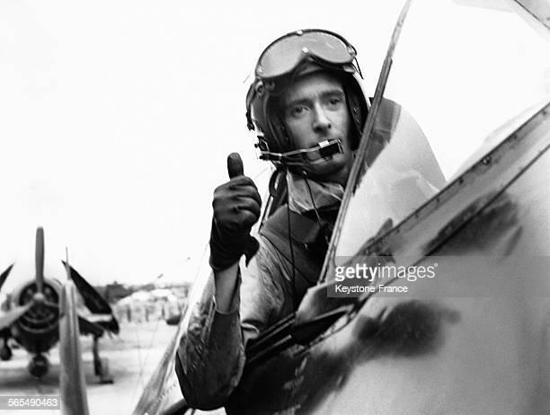 Le pilote du chasseur Grumman F6F Hellcat faisant signe qu'il prêt à décoller de la base aéronavale de Haïphong au Viêt Nam en avril 1954