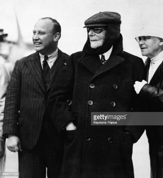 Le pilote J Errol Boyd aux côtés de John Davison Rockefeller et d'une de ses convives admirant un avion financé par le magnat à Toronto Canada le 7...