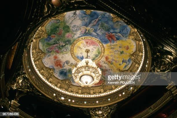 Le plafond de l'Opéra Garnier peint par Marc Chagall, à Paris, le 26 janvier 1996, France.