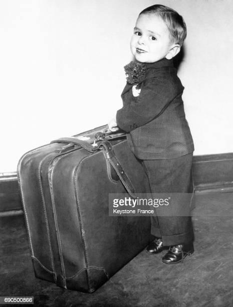 Le plus petit nain Paul del Rio un garçon âgé de 13 ans semble avoir des difficultés pour porter sa grosse valise à Chicago Illinois EtatsUnis le 11...