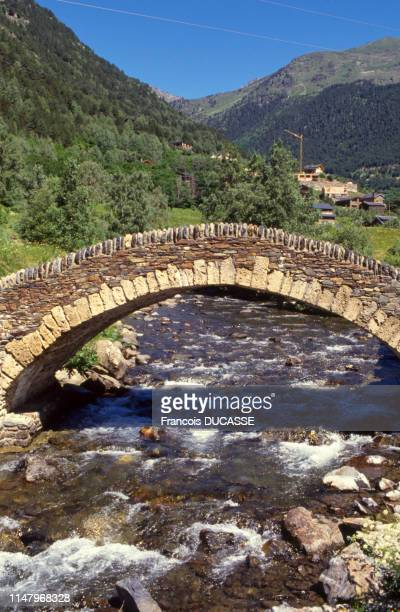 Le pont de Sant Antoni de la Grella audessus de la la rivière Valira nord à AndorrelaVieille Andorre