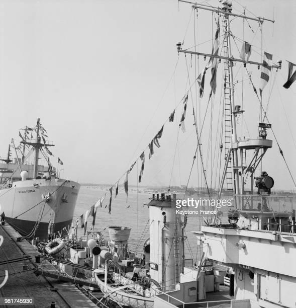 Le port avec un navire de guerre anglais sur l'Escaut à Anvers en Belgique le 9 septembre 1947