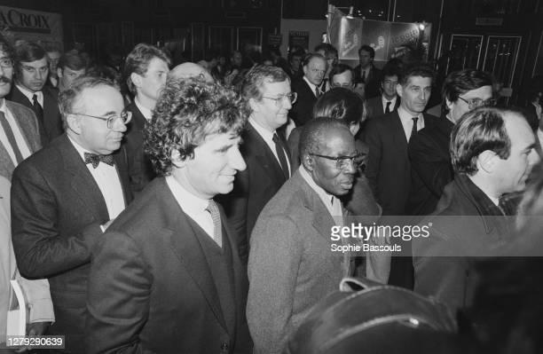 Le poète et homme politique sénégalais Leopold Sedar Senghor et le ministre de la Culture Jack Lang lors de l'inauguration du salon du livre. Paris,...