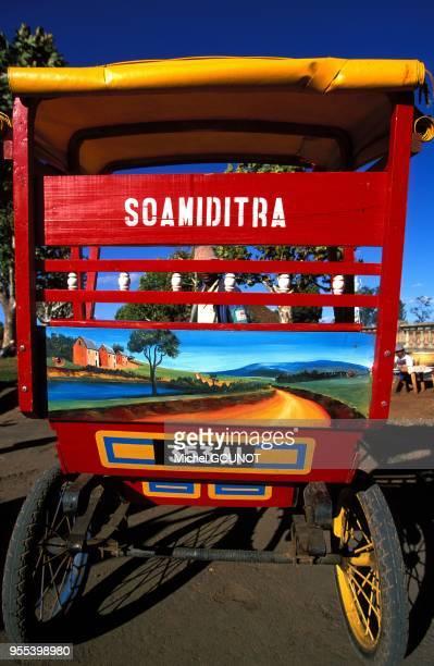 Le pousse pousse tire par un homme est le moyen traditionnel de transport du sud de l'ile de Madagascar Chaque pousse pousse recoit une decoration...